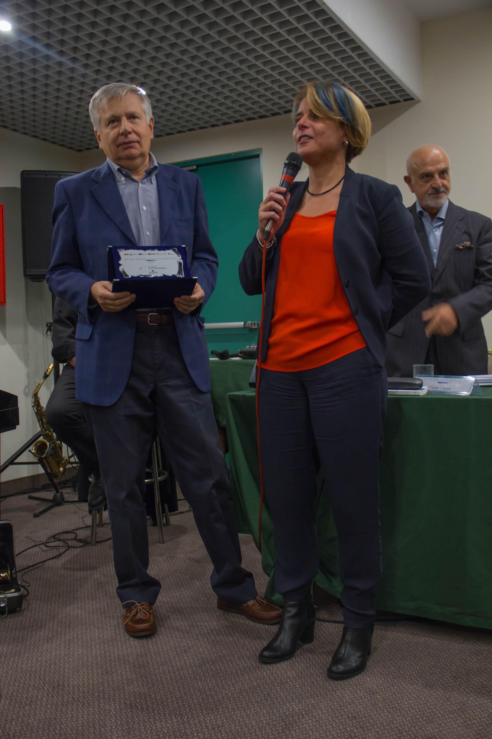 Michela Califano, del Consiglio Regione Lazio, porta i saluti e premia Giancarlo Pontiggia per il Premio Opera edita