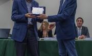 Il prof. Mario Risso Preside Facoltà di Economia dell'Università Noccolò Cusano, premia Giancarlo Pontiggia vinvitore del  1° Premio Opera edita