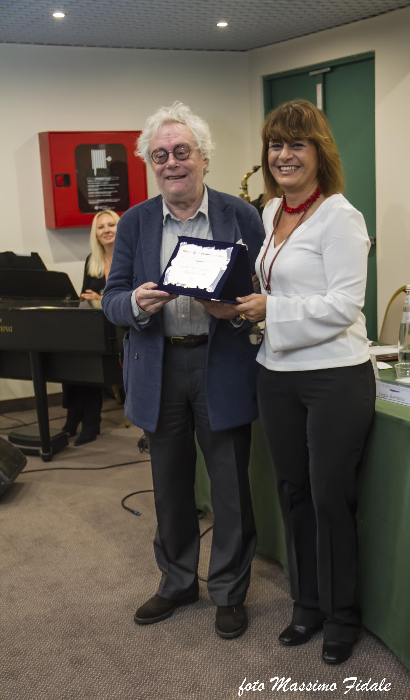 L'assessore Galluzzo consegna a Maurizio Cucchi il premio alla carriera